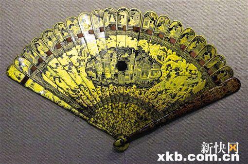 ■黑漆描金扇骨庭院人物纹折扇