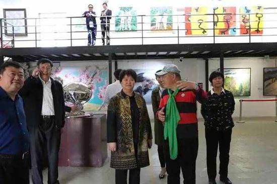 2017中国(潍坊)国际艺术双年展策展人王明江陪同领导嘉宾参观展览