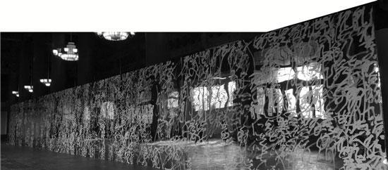 王冬龄用白漆和不锈钢镜面创作的《易经》