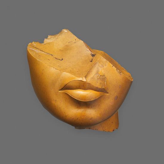 古埃及阿马纳新王国统治时期的《Fragmentof a Queen's Face》。图片:致谢大都会艺术博物馆
