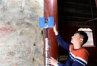 国家文物局工作人员使用三维激光扫描仪对壁画进行记录