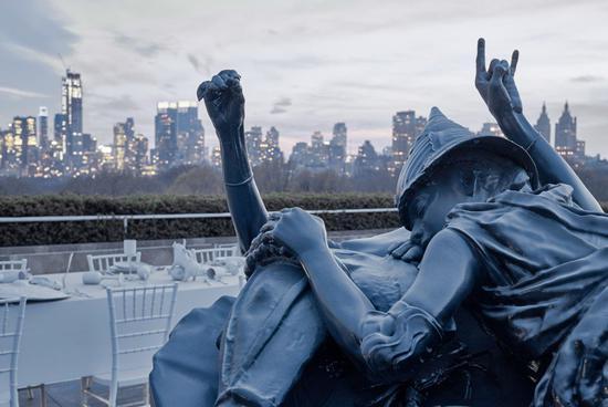 位于大都会博物馆屋顶花园的Adrián Villar Rojas作品《The Theater of Disappearance》展览现场。图片:来自J?rg Baumann,致谢艺术家、Marian Goodman画廊、以及来自墨西哥城的Kurimanzutto画廊