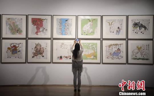 黄永玉的各种生肖画挂满了墙壁。 杨华峰 摄
