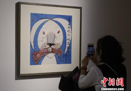 """一位市民拍摄有关""""兔""""题材的生肖画。 杨华峰 摄"""
