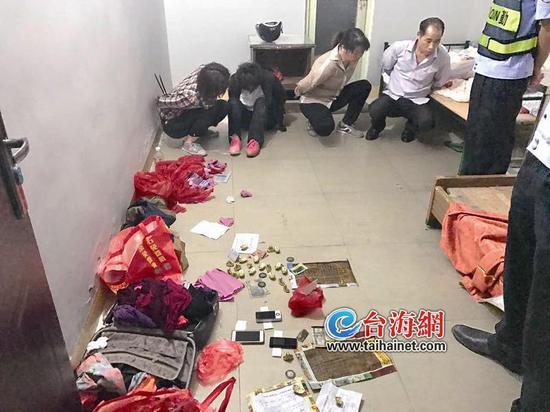 犯罪嫌疑人被抓获的现场以及缴获的假金元宝、假文物等
