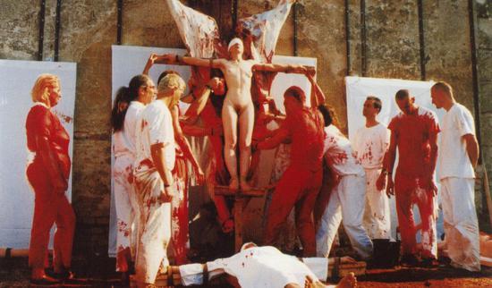 Hermann Nitsch的标志性行为艺术表演,图片:slought.org