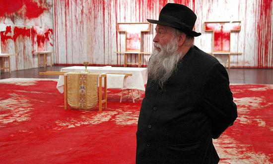 2008年Hermann Nitsch在其血淋淋的展览现场。图片:来自Die Presse Hermann Nitsch,致谢Wikimedia Commons