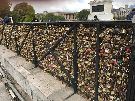 """塞满栏杆的""""爱情锁"""""""
