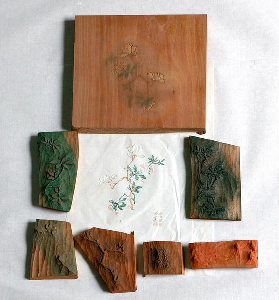 这是一张印制完成的木版水印作品和所用到的刻板。