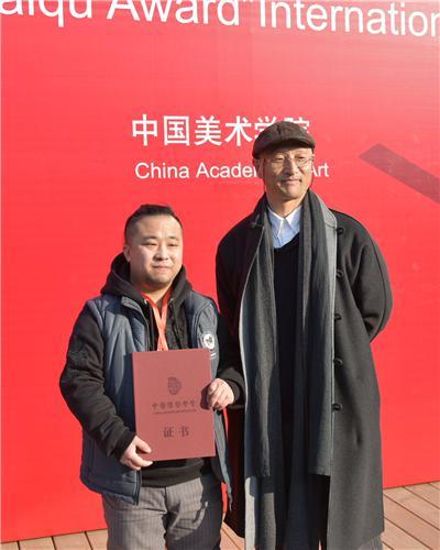 中国美术家协会副主席、中国雕塑学会会长、清华大学美术学院副院长 曾成钢为金奖获得者李慧星颁发证书