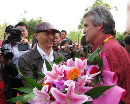 中国雕塑学会会长曾成钢给金奖获得者颁奖