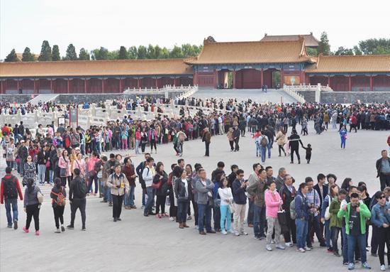 参观《清明上河图》排队的游客