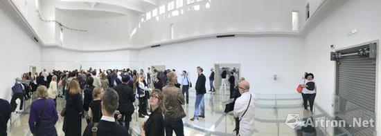 展馆内部也聚集了大量的参观者(摄影:李振华)