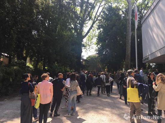 自本届威尼斯双年展VIP开幕时起就每天都排起长龙的德国馆 (摄影:王麟)
