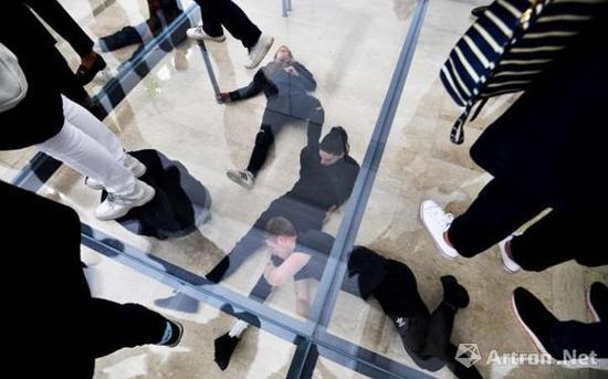 """英霍夫在德国馆的作品""""Faust""""现场,CREDIT: VINCENZO PINTO/AFP/GETTY IMAGES"""
