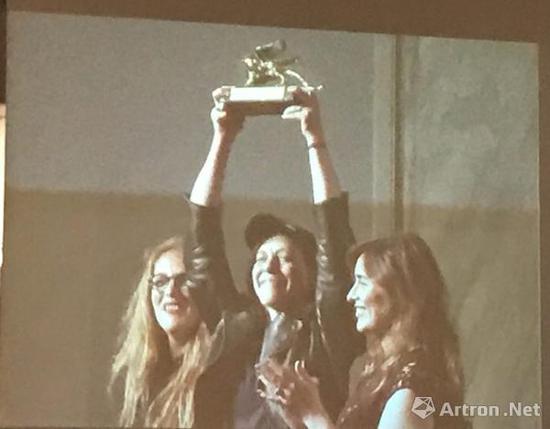 第57届威尼斯双年展上捧起金狮奖杯的安妮·英霍夫,Photo by Andrew Goldstein.