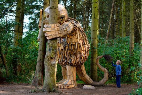 这些雕塑完全是用dambo和他的团队找来的废材制作而成的