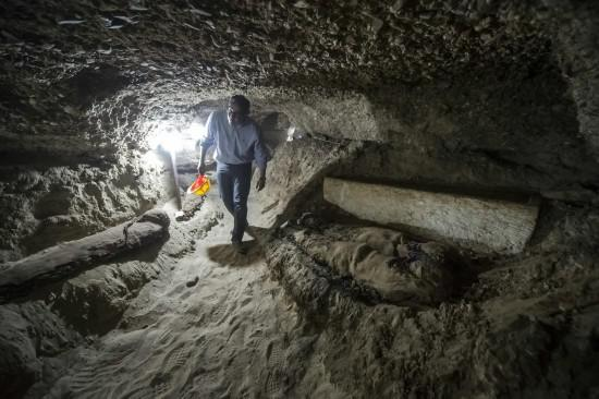 5月13日,在埃及中部明亚省,埃及文物部长哈立德·阿纳尼走在发掘现场。