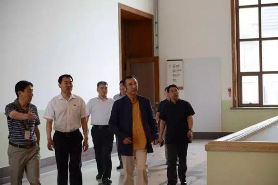 文化部中国艺术研究院院长、中国非物质文化遗产领导组组长连辑及陪同人员到展厅参观