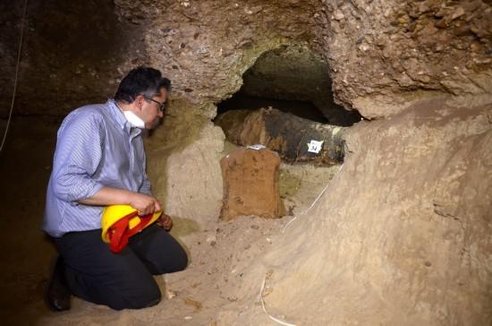 5月13日,在埃及明亚省图纳贾巴勒遗址区,埃及文物部长哈立德·阿纳尼在地下墓穴查看出土木乃伊。