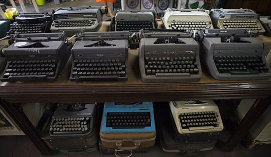 藏品跨越三十年,所以从它们中能够看到社区的市民们曾经用过什么样的物品。(各式各样的打字机。)
