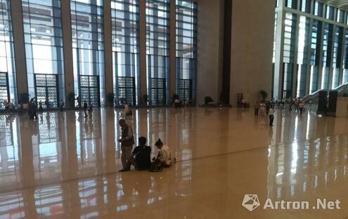 16日,两名参观者坐在国博内大厅的台阶上。上官云 摄