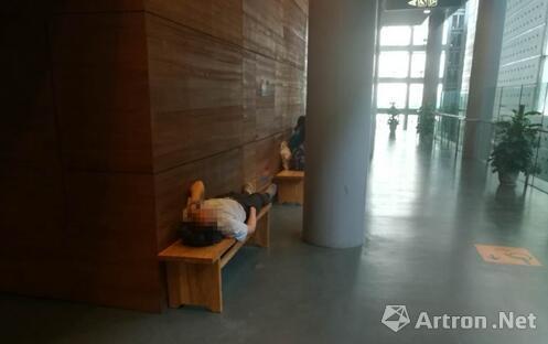 16日,在首博,一名男子躺在长凳上休息。上官云 摄