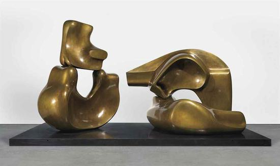 亨利・摩尔(1898-1986)《四个组件的侧卧像 (大型)》估价:600万 -800万美元 成交价:819.95万美元