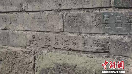 刻字大多出现在奉供佛舍利子的宣文塔塔砖上,不少人刻上自己的家乡,也有人在其上表达爱意。屈丽霞 摄