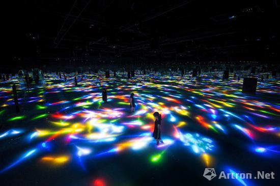 teamLab作品《由锦鲤和人们的舞姿创作的在水面上舞蹈——无穷》去年在东京展出