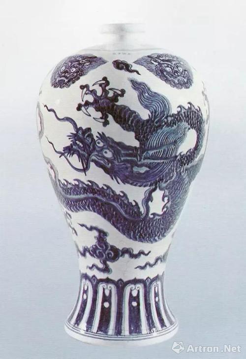 """明代宣德款景德镇御窑青花龙纹""""梅瓶"""",高55.3厘米,美国堪萨斯市纳尔逊·雅坚斯博物馆藏"""