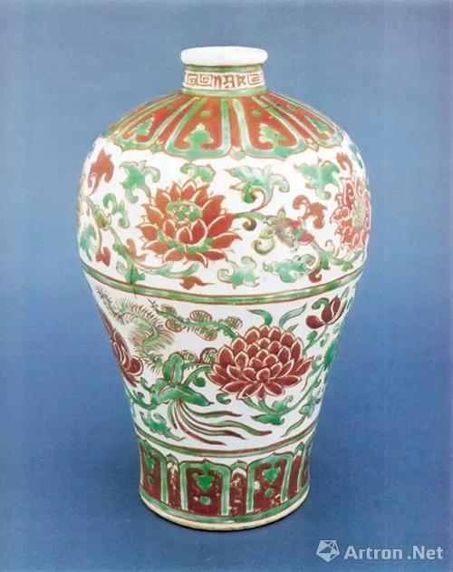 明中期景德镇窑红绿彩缠枝莲纹梅瓶,高28.3厘米,上海博物馆藏