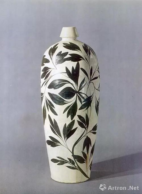 金山西窑场白釉黑彩画花折枝牡丹纹梅瓶,高38.3厘米,上海博物馆藏
