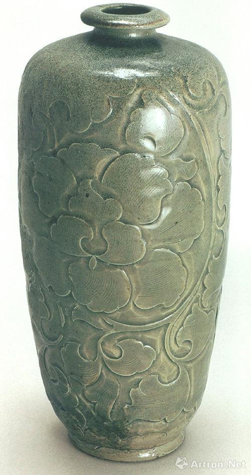 北宋晚期耀州窑青釉刻花缠枝大朵牡丹纹梅瓶,高25厘米,北京中国国家博物馆藏