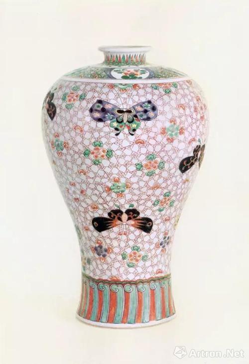 清代康熙五彩蝴蝶纹梅瓶,高36.2厘米,北京故宫博物院藏