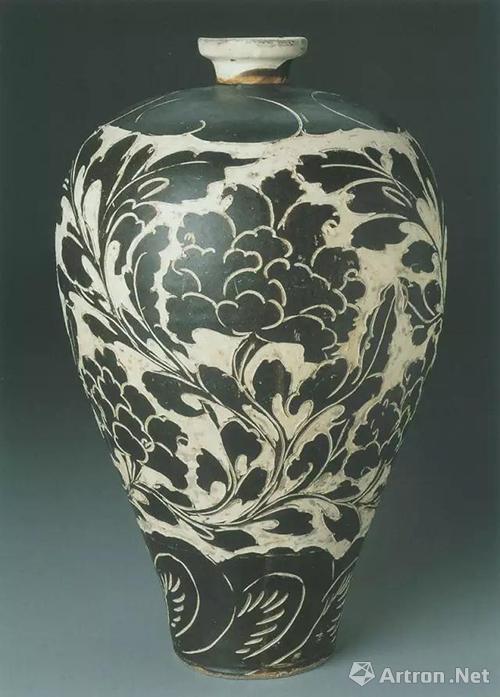 金代磁州观台窑白釉黑剔花缠枝大花牡丹纹梅瓶,高30.8厘米,美国波士顿美术馆藏