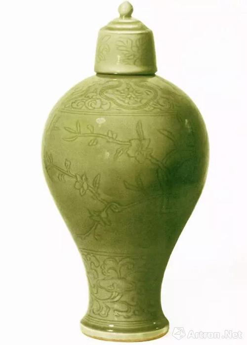 明早期龙泉窑青瓷刻划花桃竹图梅瓶,通高44.9厘米,北京故宫博物院藏