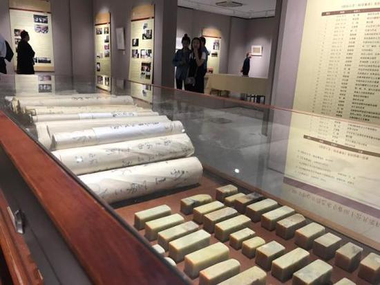 展厅现场呈现的学生篆刻作品与毛笔书写的日记