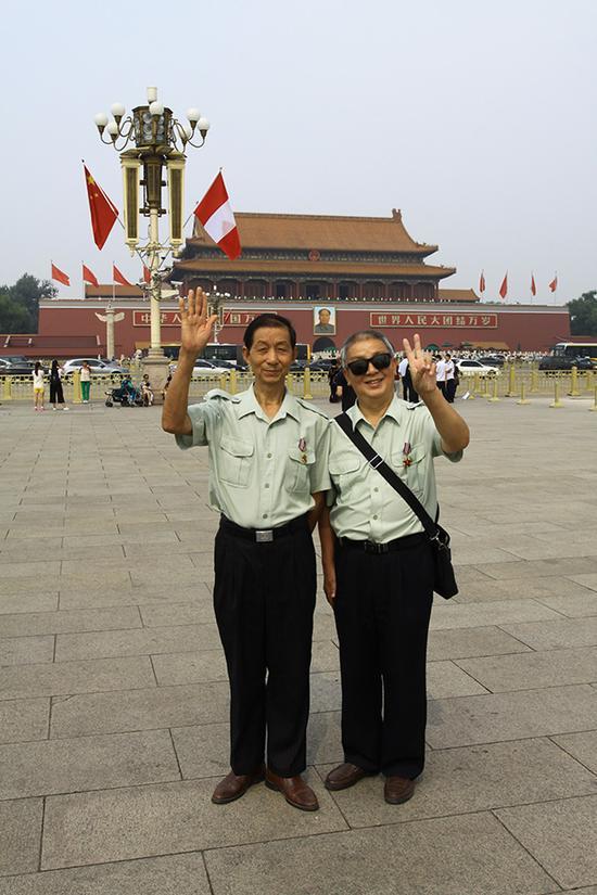 9、战友情最难忘,两名来自海南的老战友退休后来到北京旅游,特意到天安门前合影留念。