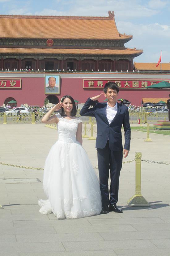 3、一对准备结婚的青年人在天安门前拍摄婚纱照。