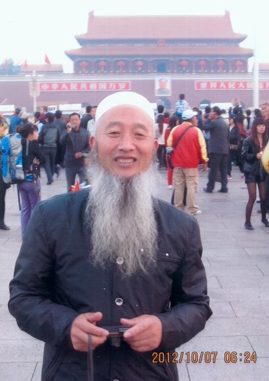 12、一名来自甘肃的长胡子老人在天安门前拍照留念。