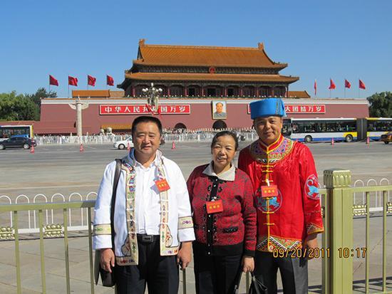 18、来北京参加会议的这三人,在天安门前合影留念后给高源留下了qq邮箱,因为邮箱地址丢失,目前还没联系到照片主人。