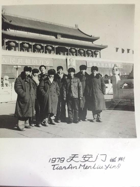 11、很多人年轻时在天安门前拍照后,年龄大了,他们依然会回到曾经拍照的位置照张相。