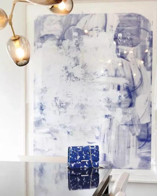 在伊万卡·特朗普的公寓里,一幅克里斯多佛·伍尔夫的画作摆在她个人品牌下的Mara包之后。图片:Instagram截图
