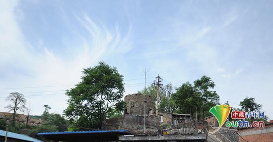 西山日军居住旧址旁的碉堡。中国青年网 高明 摄