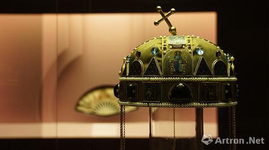匈牙利圣冠(复制品)   银鎏金,珍珠,掐丝珐琅,镂空彩绘珐琅    直径:19.8-20.9厘米,高(不含悬挂物):17.9厘米    匈牙利国家博物馆藏