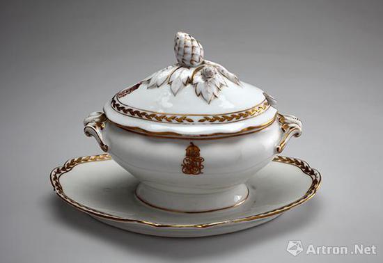汁盅 1871年 瓷器    高:16厘米,长:24.5厘米,宽:16厘米    匈牙利国家博物馆藏