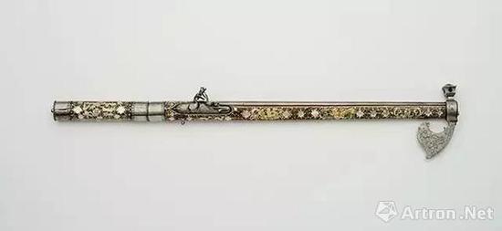 两用武器(斧头和燧发枪)  17世纪下半叶    钢,木,骨,珠母    长:65.5厘米,口径:0.8厘米    匈牙利国家博物馆藏