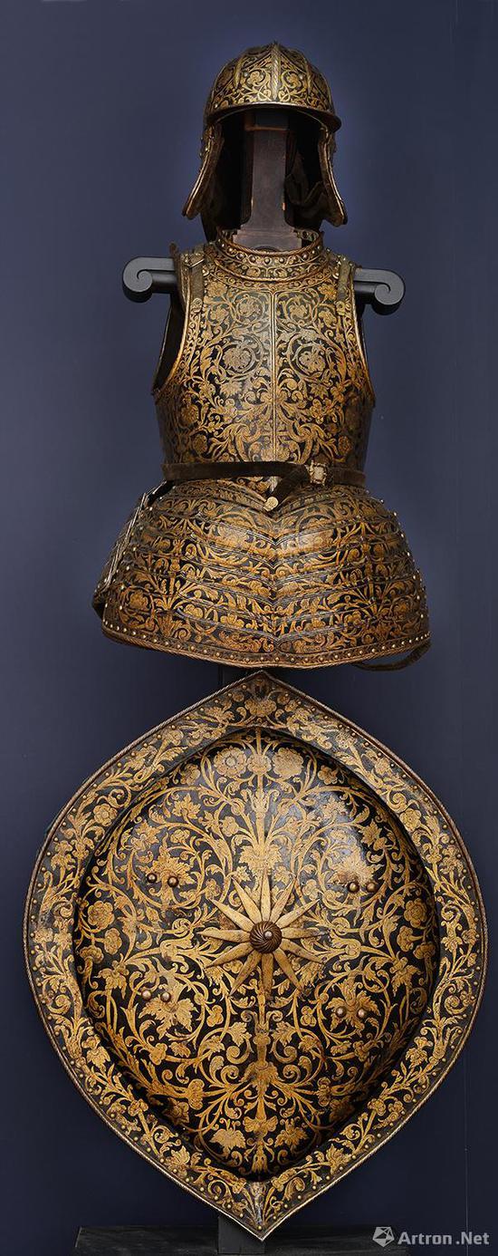 步兵半身甲和盾 约1630年    钢镀金,黑钢    头盔高:30厘米,胸甲高:64厘米,盾牌:74厘米×64厘米    匈牙利国家博物馆藏