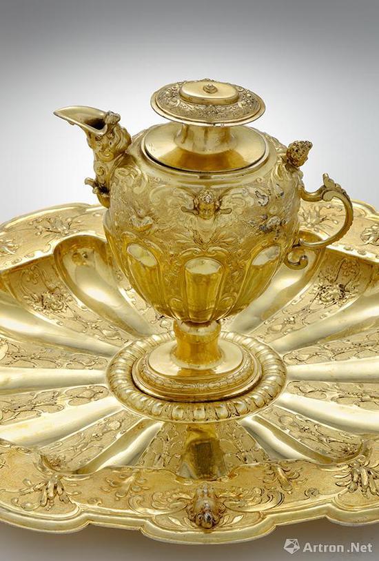 盥洗套装   约1630年    银鎏金    壶高:14厘米,底径:9.4厘米,盘径:54厘米×43厘米    匈牙利国家博物馆藏